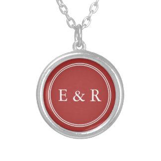 Aurora som är röd med vitbröllop, specificerar silverpläterat halsband