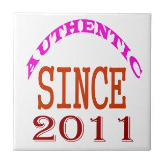 Autentiskt sedan 2011 födelsedagdesigner liten kakelplatta