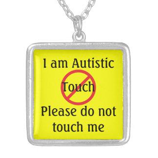 Autismläkarundersökningen larmar inte röra halsband med fyrkantigt hängsmycke