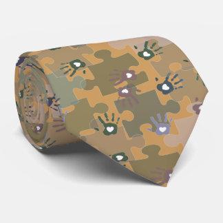 Autismpussel lappar och räcker guld och grönt slips