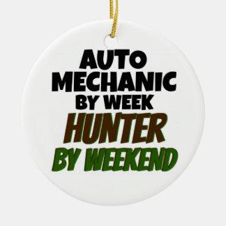 Auto mekaniker av veckajägaren vid helg julgransprydnad keramik
