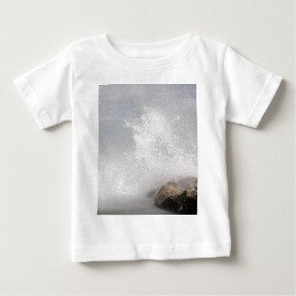 Avbrott vinkar på stenar på det Adriatic havet T-shirt
