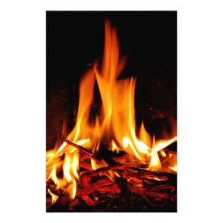 avfyra flammar på svart bakgrund brevpapper