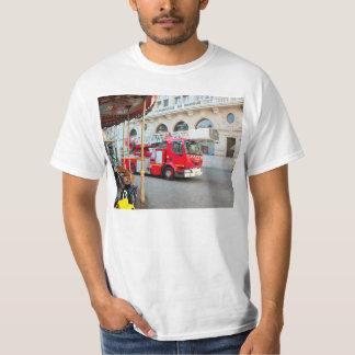 Avfyra lastbilen med fördjupande stegar t shirts
