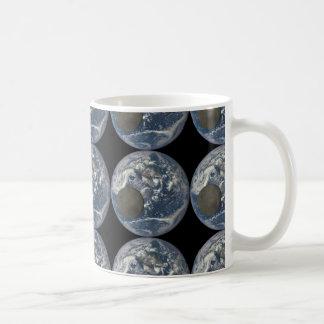 Avlägsen sida för jord & måne från utrymme kaffemugg