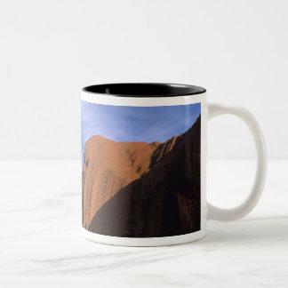 Ayers sten Uluru i outbacken Australien Två-Tonad Mugg