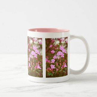 Azaleas som blommar i springtime Två-Tonad mugg