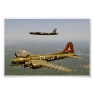 B17G- och B52H-bombplaner i flyg Fotografi