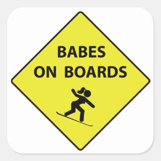 Babes stiger ombord på fyrkantigt klistermärke