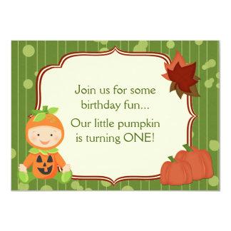 Baby i inbjudan för födelsedag för pumpadräkt den