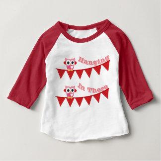 Baby som hänger i där 3/4 sleeveRaglanT-tröja T Shirt