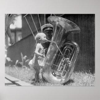 Baby som leker Tuba, 1923. Vintagefoto Poster