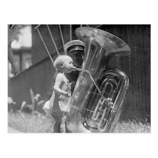 Baby som leker Tuba, 1923 Vykort