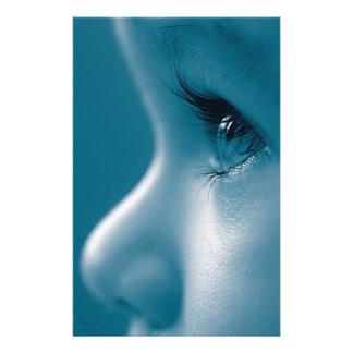 Baby tittar blått för ögonfranser för reklamblad 14 x 21,5 cm