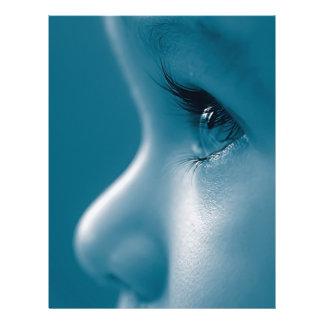 Baby tittar blått för ögonfranser för reklamblad 21,5 x 30 cm