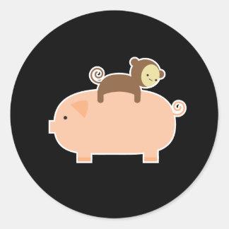 Babyaparidning på en gris rund klistermärke