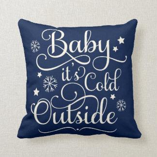 Babyen är det den kalla helgdagdekorativ kudde för kudde