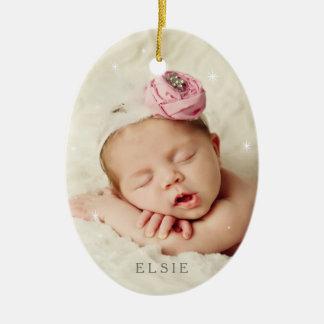 Babyen är det den kalla yttersidan i rosa kvartar ovalformad julgransprydnad i keramik