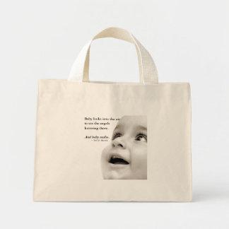 Babyen ler mycket liten toto mini tygkasse