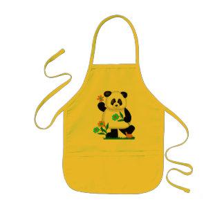 Babyen lurar pandaen med blommor 2 barnförkläde