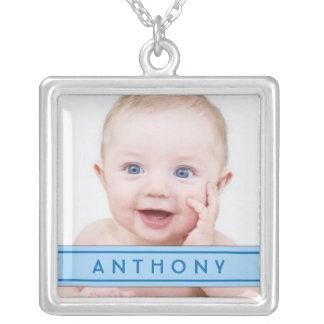 Babyfotomallen med blåttnamn pläterar halsbandet halsband med fyrkantigt hängsmycke