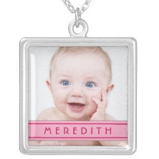 Babyfotomallen med rosanamn pläterar halsbandet halsband med fyrkantigt hängsmycke