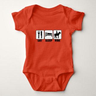 Babyryttaren äter sömnritt en gullig ryttare för tröja