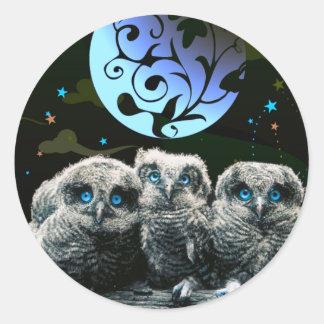 Babyugglor under månsken runt klistermärke