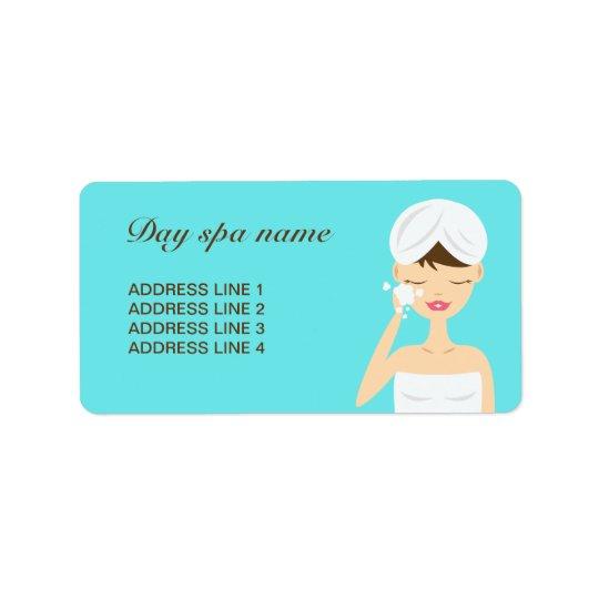 Badningkvinna som applicerar blått för tvåldagSpa Adressetikett
