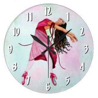 Balett i rosa vägg tar tid på stor klocka