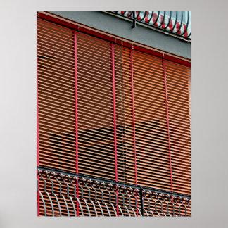 Balkongen och stänger med fönsterluckor poster