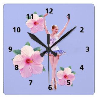 Ballerinaen med rosa hibiskus blommar anpassade fyrkantig klocka