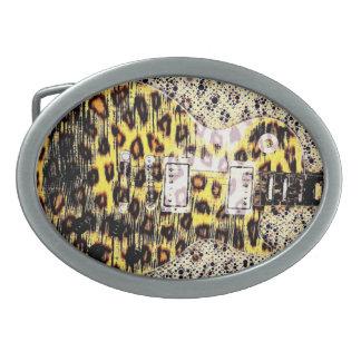 Bältet för Cheetahtryckgitarren spänner fast