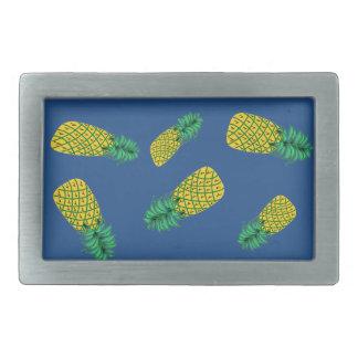 Bältet spänner fast med ananasmönster