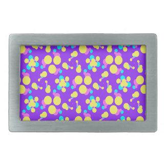 Bältet spänner fast med lila- och gultfonden
