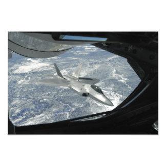 Banker för en rovfågel F-22 i väg från en KC-135 Fototryck