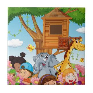 Barn och djur i trädgården kakelplatta