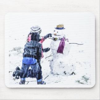 Barn som bygger Artsy utklipp för snögubbe Musmattor