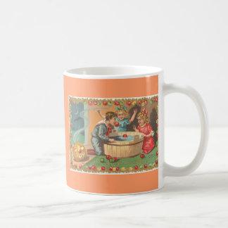 barn som guppar äpplen, äpplegräns kaffemugg