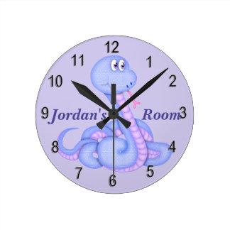 Barn tar tid på den gulliga ormen rund klocka
