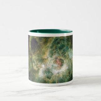 Barnkammare av stjärnor i en spiral galax Två-Tonad mugg