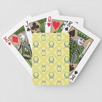 Barnkammareugglor som leker kort - grönt & gult spelkort