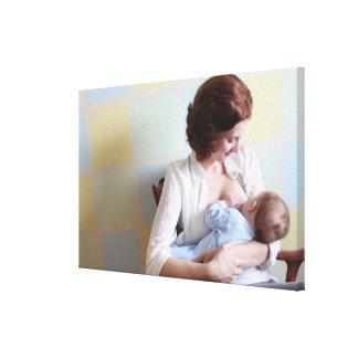 barnmor som ammar henne pojken canvastryck