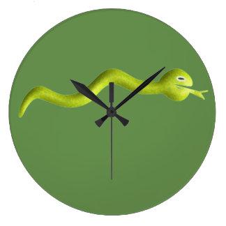 Barns orm tar tid på stor klocka