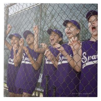 Barnserien i basebolllag glädjande i dugout kakelplatta