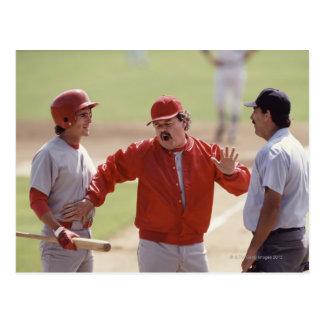 Baseballchef som argumenterar med domare och vykort
