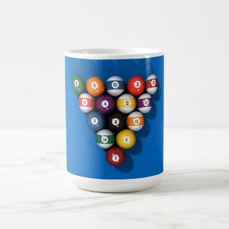 Bassängbollar på blått klädde med filt: kaffemugg