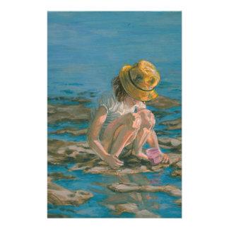 Beachcomber flicka som samlar snäckor brevpapper
