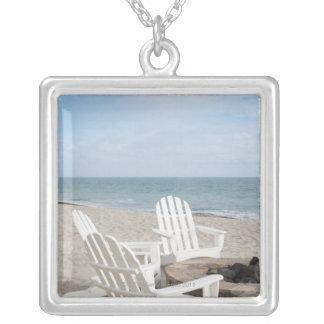 beachfront hus med adirondackstolar och silverpläterat halsband