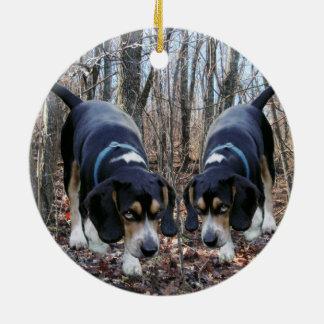 Beagles som jagar i skogenprydnaden julgransprydnad keramik